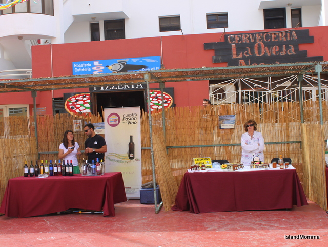 Wine stand and cheese stall in Plaza Roja