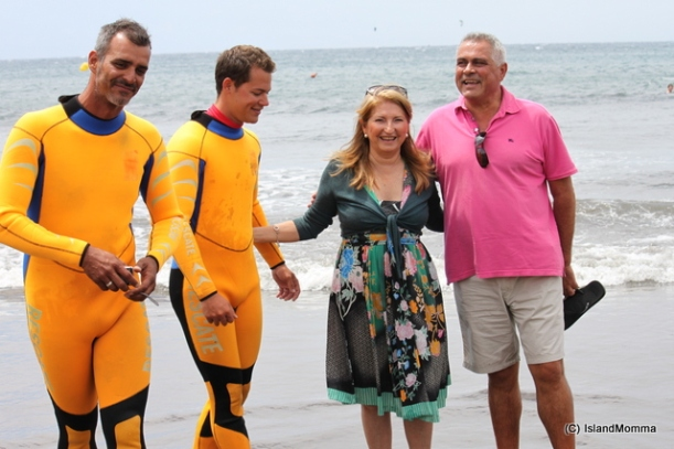 The mayor, the councillor for environment and the two lifeguards who rescued the turtles