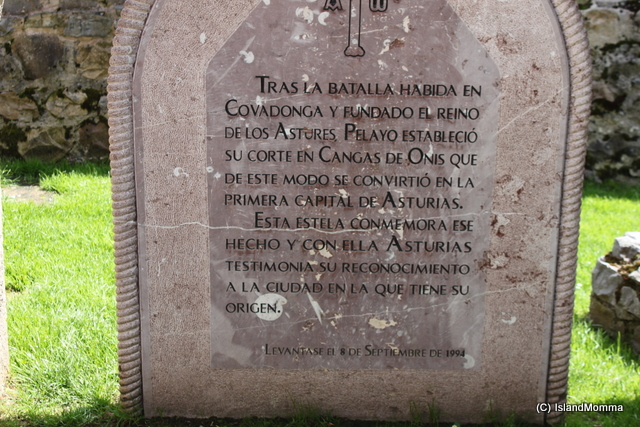 Historical marker recording and celebarting the Battle of Covadonga and the creation of the first court of Asturias in Cangas de Onis