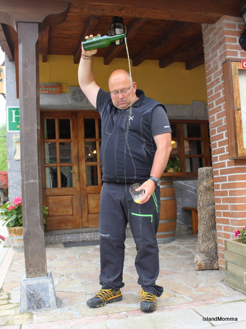 Juanjo demonstarting how to pour cider the right way