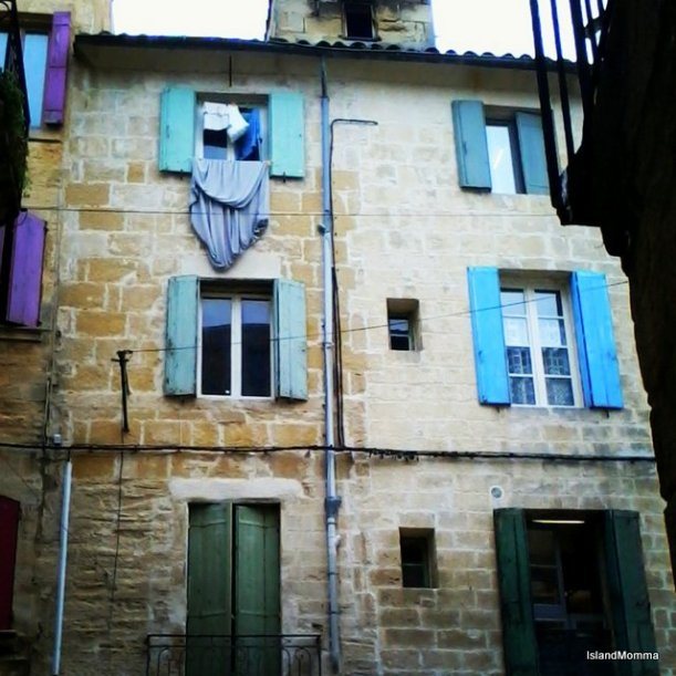 For me this was like the epitome of France : washing co-ordinated to window color!!