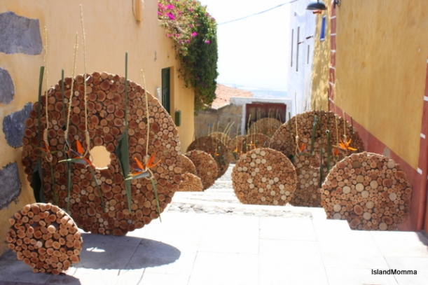 """Inscription on this work by Carlos Curbelo of the Catalan School of Floral Art """" Coins of betrayal that ended up scattered on the ground after Judas' betrayal."""""""